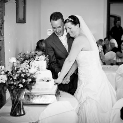 cake cutting wedding photos